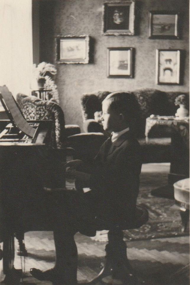Deák Tamás a családi lakásban Székesfehérvárott az 1930-as évek közepén